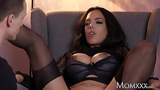 MOM Kinky كبيرة الثدي لاتينا الجبهة في حمالات جوارب والكعب العالي