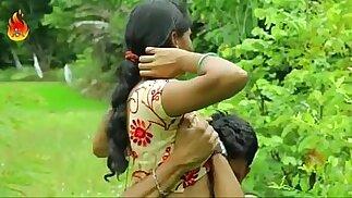 مثير الهندي desi فتاة سخيف الجنس الرومانسية في الهواء الطلق - desixmms.com