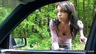 الهواة في سن المراهقة سخيف بوف في الهواء الطلق على الطريق
