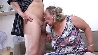 جدة كبيرة الثدي مع صديقها