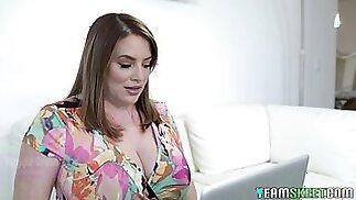 بعض الفتيات بما في ذلك غريب ألينا بيل فلاش على الثدي الطبيعية لطيفة