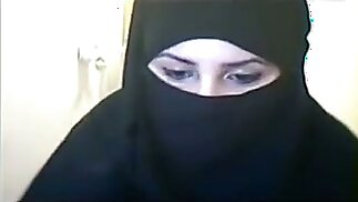 Hot Arabic lady in hijab flashes her ass without panties